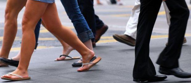 caminar de espaldas  mejora la salud